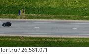 Федеральная трасса, вид сверху на линию дороги и автомобили. Стоковое видео, видеограф Кекяляйнен Андрей / Фотобанк Лори