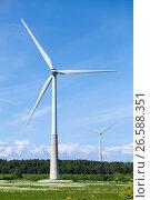 Ветряные электрогенераторы в поле для выработки электроэнергии из ветра. Стоковое фото, фотограф Кекяляйнен Андрей / Фотобанк Лори