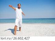 Купить «Man practicing warrior 2 pose at beach», фото № 26602427, снято 17 января 2017 г. (c) Wavebreak Media / Фотобанк Лори