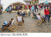 Купить «Книжный фестиваль «Красная площадь» прошел в центре Москвы с 3 по 6 июня 2017 год. Посетители ярмарки», эксклюзивное фото № 26604435, снято 4 июня 2017 г. (c) Виктор Тараканов / Фотобанк Лори