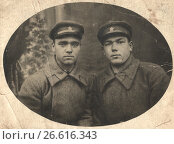 Купить «Два молодых человека в военной форме», фото № 26616343, снято 24 февраля 2019 г. (c) Retro / Фотобанк Лори
