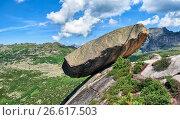 Купить «Висячий камень. Огромная гранитно-сиенитовая плита лежит на краю скалы. Ергаки», фото № 26617503, снято 24 июня 2017 г. (c) Виктор Никитин / Фотобанк Лори