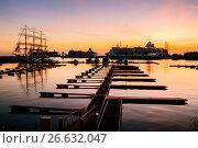 Купить «Сочи,  круизные лайнеры в акватории морского порта на закате солнца», фото № 26632047, снято 17 апреля 2019 г. (c) glokaya_kuzdra / Фотобанк Лори