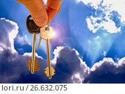 Ключи от квартиры на фоне синего неба и облаков. Стоковое фото, фотограф Сергеев Валерий / Фотобанк Лори
