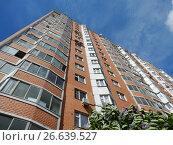 Купить «Семнадцатиэтажный шестиподъездный панельный жилой дом серии П-44Т, построен в 2004 году. 15-я Парковая улица, 49. Район Северное Измайлово. Москва», эксклюзивное фото № 26639527, снято 2 июня 2017 г. (c) lana1501 / Фотобанк Лори