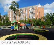 Купить «Детская игровая площадка во дворе жилых домов на 13-ой Парковой улице. Район Северное Измайлово. Город Москва», эксклюзивное фото № 26639543, снято 2 июня 2017 г. (c) lana1501 / Фотобанк Лори