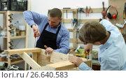 Купить «happy father and son repairing wood bench at garage», видеоролик № 26640583, снято 22 июня 2017 г. (c) Яков Филимонов / Фотобанк Лори
