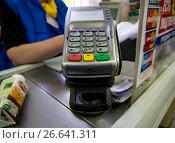 Купить «Считыватель пластиковых карт на кассе магазина», фото № 26641311, снято 6 мая 2017 г. (c) Вячеслав Палес / Фотобанк Лори