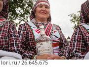 Купить «Женщина а удмуртской национальной одежде встречает гостей хлебом-солью и чаркой водки во время празднования удмуртского праздника «Гербер»», фото № 26645675, снято 1 июля 2017 г. (c) Николай Винокуров / Фотобанк Лори