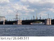 Вид на Биржевой мост с набережной Макарова летним солнечным днём в Санкт-Петербурге, фото № 26649511, снято 17 июня 2017 г. (c) Николай Мухорин / Фотобанк Лори