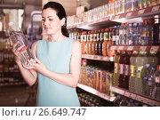 Portrait of adult woman choosing water in bottle. Стоковое фото, фотограф Яков Филимонов / Фотобанк Лори