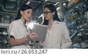 Купить «Engineers in mechanical factory working», видеоролик № 26653247, снято 10 июля 2017 г. (c) Илья Шаматура / Фотобанк Лори