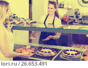 Купить «Bakery female worker with delicious pies and rolls on counter», фото № 26653491, снято 22 апреля 2017 г. (c) Яков Филимонов / Фотобанк Лори
