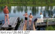 Дети разбегаются по деревянному мостику и вдвоем прыгают в реку, замедленная съемка. Стоковое видео, видеограф Кекяляйнен Андрей / Фотобанк Лори