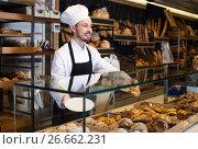 Купить «Male pastry maker demonstrating beautiful croissant», фото № 26662231, снято 26 января 2017 г. (c) Яков Филимонов / Фотобанк Лори