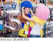 Купить «Young people are having fun in colorful clown wigs», фото № 26668955, снято 11 апреля 2017 г. (c) Яков Филимонов / Фотобанк Лори