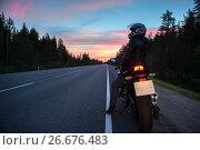 Купить «Мотоциклист отдыхает на пустой трассе во время ночной поездки», фото № 26676483, снято 9 июля 2017 г. (c) Кекяляйнен Андрей / Фотобанк Лори