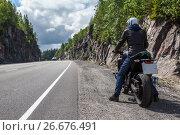 Купить «Мотоциклист на мотоцикле стоит на обочине горной автотрассы», фото № 26676491, снято 14 июля 2017 г. (c) Кекяляйнен Андрей / Фотобанк Лори