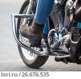 Купить «Нога в защитном ботинке на подножке мотоцикла, крупный план», фото № 26676535, снято 14 июня 2017 г. (c) Кекяляйнен Андрей / Фотобанк Лори