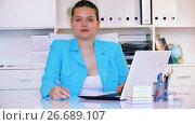 Купить «Portrait of female manager which is working in office», видеоролик № 26689107, снято 19 июня 2017 г. (c) Яков Филимонов / Фотобанк Лори