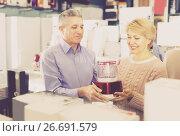 Persons are buying in shop of household appliances juice extract. Стоковое фото, фотограф Яков Филимонов / Фотобанк Лори