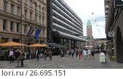Купить «Туристы на улице Keskuskatu на фоне Центрального железнодорожного вокзала в Хельсинки. Финляндия», видеоролик № 26695151, снято 11 июня 2017 г. (c) Виктор Карасев / Фотобанк Лори