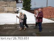 Купить «Пожилые женщины занимаются финской ходьбой», фото № 26703651, снято 5 мая 2017 г. (c) Светлана Попова / Фотобанк Лори