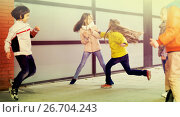 Купить «child's play catch-up in park», фото № 26704243, снято 25 марта 2016 г. (c) Татьяна Яцевич / Фотобанк Лори