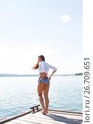 Девушка в белой рубашке и коротких шортах. Стоковое фото, фотограф Момотюк Сергей / Фотобанк Лори