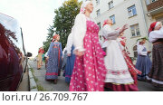 Kazan, Russia, 19 july 2017, Russian folk ensemble in traditional costumes walking around the city with songs. Редакционное видео, видеограф Константин Шишкин / Фотобанк Лори