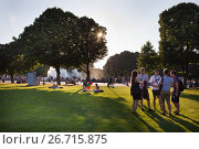 Купить «Отдых на закате в парке Горького», фото № 26715875, снято 26 июля 2017 г. (c) Victoria Demidova / Фотобанк Лори