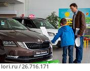 Папа с сыном выбирают новый автомобиль (2017 год). Редакционное фото, фотограф Вячеслав Палес / Фотобанк Лори