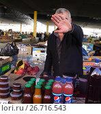 Купить «Торговец запрещяющий фотографировать его прилавок. Одесса - Привоз», эксклюзивное фото № 26716543, снято 26 сентября 2011 г. (c) Дмитрий Неумоин / Фотобанк Лори