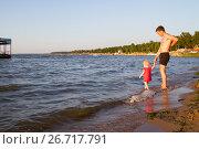 Купить «Девочка с папой гуляют по пляжу», фото № 26717791, снято 29 июля 2017 г. (c) Момотюк Сергей / Фотобанк Лори