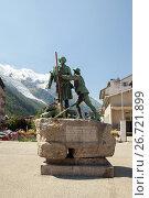 Купить «Chamonix, France - JUL 22, 2017 Statue of Balmat and Saussure, Chamonix town centre, French Alps, France», фото № 26721899, снято 22 июля 2017 г. (c) Юлия Кузнецова / Фотобанк Лори