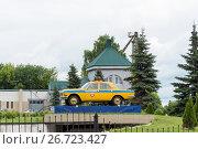 Купить «Патрульный автомобиль ГАИ 70-80 годов на постаменте. Нижний Новгород», эксклюзивное фото № 26723427, снято 9 июля 2017 г. (c) Александр Щепин / Фотобанк Лори