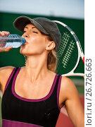 Купить «Теннисистка после матча в теннис пьет воду из бутылки. Усталость после тренировки», фото № 26726663, снято 19 июля 2017 г. (c) katalinks / Фотобанк Лори