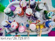 Купить «Вид сверху на баночки с гуашью и кистями на мастер классе по рисованию», фото № 26729811, снято 29 июля 2017 г. (c) Николай Винокуров / Фотобанк Лори