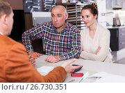 Купить «Couple is dissatisfied with the quality», фото № 26730351, снято 4 апреля 2017 г. (c) Яков Филимонов / Фотобанк Лори
