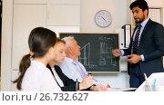 Купить «Office workers are writing financial reports in the office», видеоролик № 26732627, снято 5 июля 2017 г. (c) Яков Филимонов / Фотобанк Лори