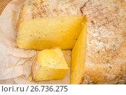 Головка фермерского сыра российского производства лежит на столе. Стоковое фото, фотограф Николай Винокуров / Фотобанк Лори