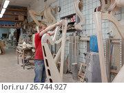 Мастер работает на производстве арф в арфовом цехе компании Resonance Harps в Санкт-Петербурге, фото № 26744927, снято 8 августа 2017 г. (c) Stockphoto / Фотобанк Лори
