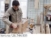 Мастер работает на производстве арф в арфовом цехе компании Resonance Harps в Санкт-Петербурге, фото № 26744931, снято 8 августа 2017 г. (c) Stockphoto / Фотобанк Лори