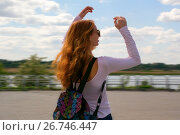 Redhead model dances against the sky. Стоковое фото, фотограф Вячеслав / Фотобанк Лори