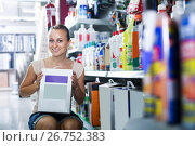 Купить «cheerful woman customer holding box with dry filler in hypermarket», фото № 26752383, снято 16 июля 2019 г. (c) Яков Филимонов / Фотобанк Лори