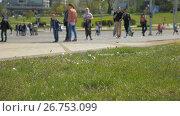 Купить «A lot of confetti in the city - slowmo 180 fps», видеоролик № 26753099, снято 31 июля 2017 г. (c) Dzmitry Astapkovich / Фотобанк Лори