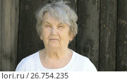 Portrait of serious old gramma aged 80s outdoors. Стоковое видео, видеограф worker / Фотобанк Лори