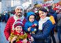 Parents with kids choosing X-mas decorations in market, фото № 26757123, снято 15 августа 2017 г. (c) Яков Филимонов / Фотобанк Лори