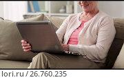 Купить «happy senior woman with laptop computer at home», видеоролик № 26760235, снято 26 июня 2017 г. (c) Syda Productions / Фотобанк Лори
