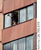 Купить «Женщина моет окно на лоджии со стороны улицы в многоэтажном доме», эксклюзивное фото № 26765619, снято 15 августа 2017 г. (c) lana1501 / Фотобанк Лори